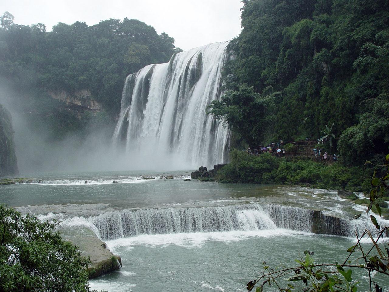 黄果树瀑布下,举行了由法国著名钢琴家理查德b克莱德曼演奏上高清图片