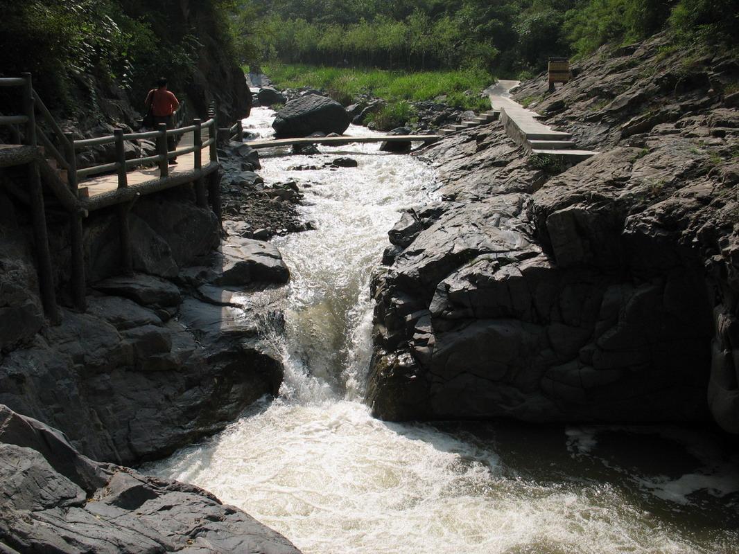 峡谷风景区,位于豫,秦