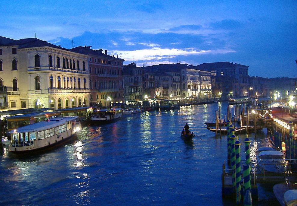 """威尼斯是意大利東北部城市,亞得里亞海威尼斯灣西北岸重要港口。人口34.3萬(有統計顯示,1957年威尼斯的常住人口為17.4萬,而2009年10月份剛剛公布的常住人口總數還不到6萬,達到歷史最低水平)。主建于離岸4公里的海邊淺水灘上,平均水深1.5米。由鐵路、公路、橋與陸地相連。由118個小島組成,并以 177條水道、401座橋梁連成一體,以舟相通,有""""水上都市""""、""""百島城""""、""""橋城""""之稱。 簡介 威尼斯   威尼斯,意大利北部威尼托"""