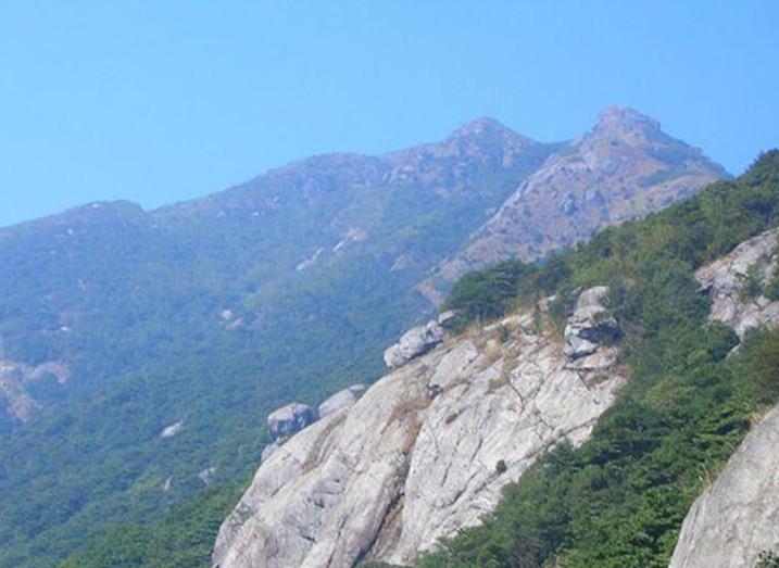 浮山旅游风景区位于安徽枞阳县中部偏北地区,白荡湖畔,北距合肥120