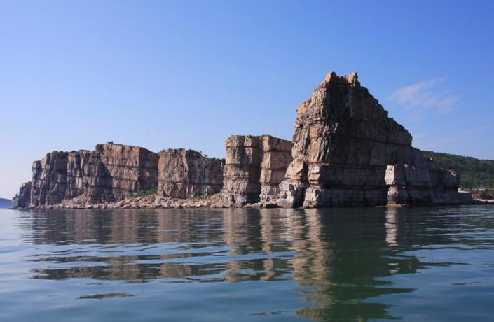 龙爪山位于大黑山岛