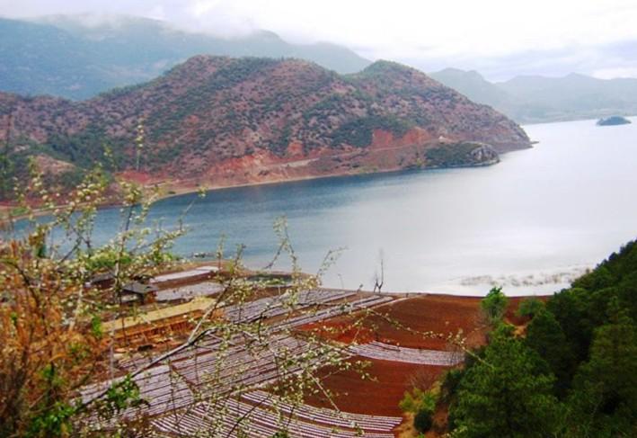 泸沽湖山美水美人更美,除奇特的婚姻和风俗外,泸沽湖畔姑娘小伙那一身