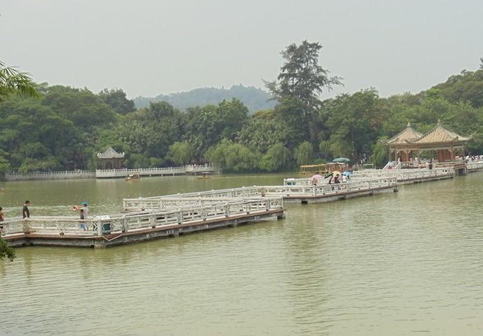 """惠州西湖 惠州西湖是位于中国广东省惠州市境内的一个城市浅水湖泊,是中国国家重点风景名胜区、国家AAAA级旅游景区。其景观由""""五湖六桥十八景""""组成。在历史上,惠州西湖曾和杭州西湖、颍州西湖合称为中国的三大西湖。 中 文 名: 惠州西湖 地 址: 广东省惠州市区内 原 名: 丰湖 湖面面积: 3."""