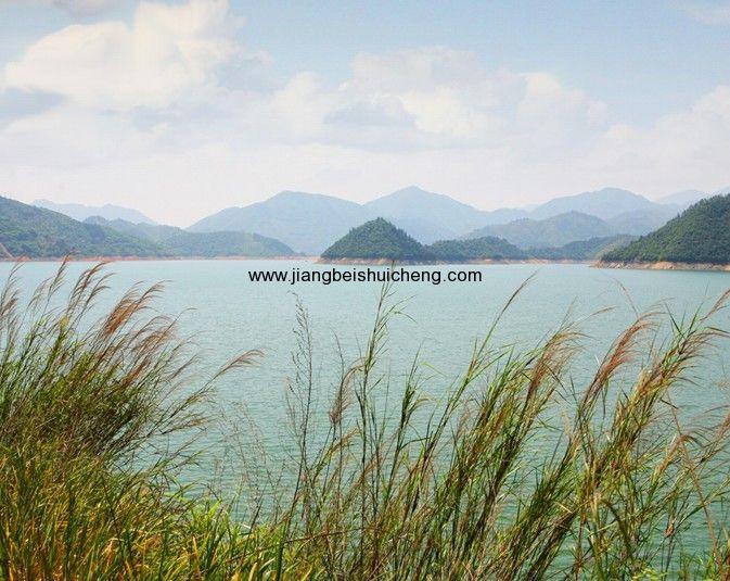 57平方公里广阔水域里分布着800多个自然岛屿,是众多野生动植物,珍稀
