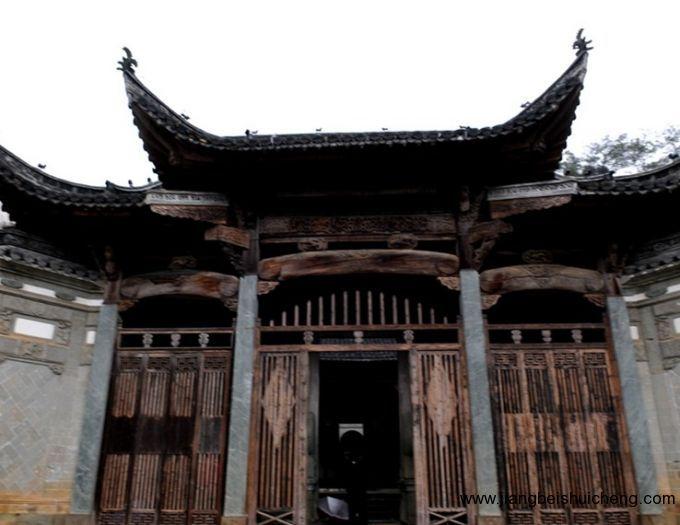 """宗祠的""""月台"""",""""重门""""等建筑结构,有别于其它同类宗祠,是明清过渡时期"""