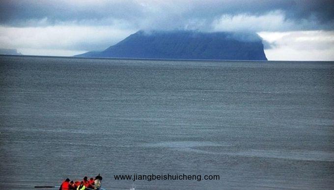 地质地貌 岛屿由覆盖冰川堆石或泥炭土壤的火山岩构成,地势高耸崎岖,有险陡的峭壁。最高点在东岛的斯莱塔拉山(Slaettaratindur),海拔882公尺(2,894尺)。有被深狭谷隔开的平坦山顶。海岸线非常曲折,有峡湾,汹涌的潮流激荡着岛屿间狭窄的水道。 气候 为温和的海洋性气候,气温变化不大,常有雾和雨。年降雨量约1,500公厘(60寸)。由于北大西洋暖流影响,港口相对无冰冻。 动植物 无蟾蜍和爬虫类,也无土生的陆地哺乳动物。野兔、鼠和小鼠均为船只所带来。众多海鸟是一项重要的经济资源--海鹦可食,绒