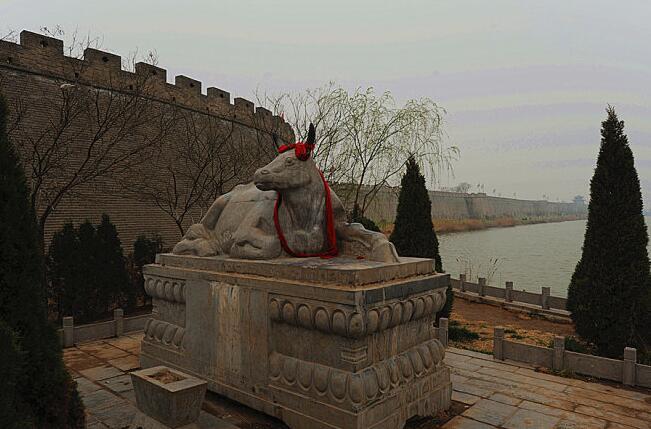 城东保存完好的弘济桥,是赵州桥的姊妹桥,为全国重点文物保护单位.