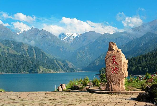 天池_天池现在不仅是中外游客的避暑胜地,而且已成为冬季理想的高山溜冰场.