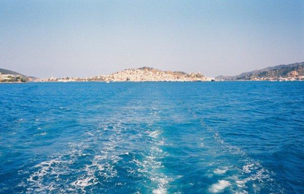 伊兹拉岛(Hydra ) 现代希腊语作Idhra。 希腊伊兹拉岛的港口 希腊阿提卡(Attica)州岛屿。为爱琴海萨罗尼克(Saronic)群岛中一个岛,位于伯罗奔尼撒的阿尔戈利斯(Argolis)半岛东端附近。东北到西南长21公里(13哩),面积49.6平方公里(19.2平方哩)。 简介   最高点埃雷(Ere)山海拔590公尺(1,936呎)。过去是一个林茂水丰的地方,现在却是无植被的干旱地区,几乎没有可耕地。淡水靠收集雨水和从大陆船运。有海绵打捞、棉纺、造船和国际旅游等行业。主要城镇伊兹拉在北部海