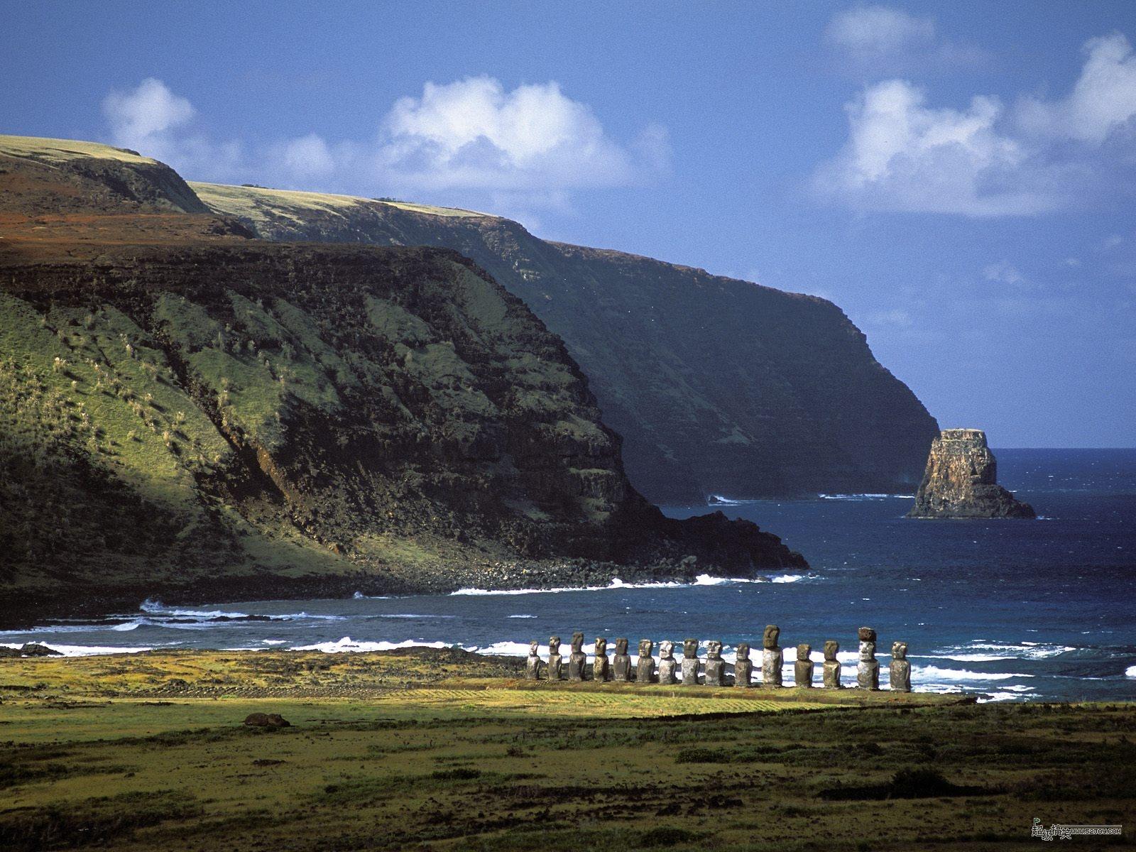 复活节岛是南太平洋中的一个岛屿,当地的语言称拉帕努伊岛,位于智利以西外海3000公里以外。复活节岛是世界上最与世隔绝的岛屿之一,离其最近有人定居的皮特凯恩群岛也有两千多公里距离。该岛形状近似呈一三角形,由三座火山组成,与胡安•费尔南德斯群岛并为智利在南太平洋的两个属地。复活节岛以数百尊充满神秘的巨型石像闻名于世。 基本信息   智利在东太平洋的属岛,是波利尼西亚群岛中最东端的岛屿。以其巨大的石雕像驰名于世。该岛孤悬于海上,西距皮特肯岛(Pitcairn Island)1,900公里(1,200