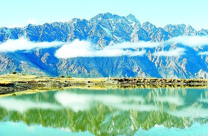 """雅砻风景名胜区 雅砻河风景名胜区,位于西藏自治区山南地区正南的乃东、扎囊、加查、洛扎、贡嘎等六个县境内,山南地区还有6个县不属景区范围。山南地区是藏民族发祥地之一。    雅砻河风景名胜区雪山冰川、田园牧场、河滩谷地、古老文化遗址和民风民俗等构成一幅幅神秘、古朴而壮丽的画面。区内植物种类丰富,植被随海拔变化呈垂直带分布。河谷地区带季雨林,被誉为西藏的西双版纳。人文景观体观了藏民族最早在山南地区的文明。 桑鸢寺,为西藏第一座寺庙,坐落扎囊县境内雅鲁藏布江北岸。古称""""乌登勃来""""。现存建筑基本上是7世达赖"""
