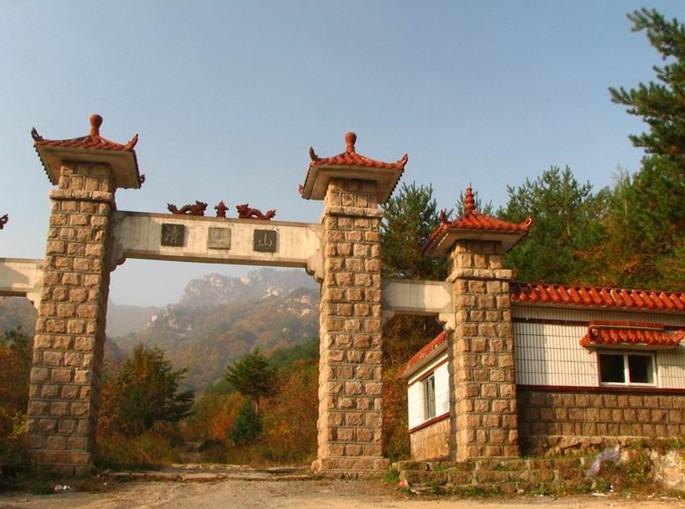 景点大全 名山奇峰  清凉山风景区,位于辽东半岛北部鞍山市岫岩满族