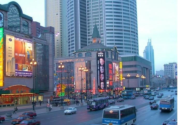"""大连胜利广场 简介 大连胜利广场位于大连市中山区、大连火车站前的青泥洼桥商业中心区,它的地下是多层庞大的购物、娱乐、餐饮和休闲于一体的综合型五星级商场,是大连名副其实的""""不夜城""""。   说大连是东北的客厅并不为过,那胜利广场毫无疑问就是大连的客厅了。胜利广场正对着大连火车站,就像一个好客的主人敞开了家里的大厅欢迎四方宾朋一样,让来大连的游客一集下在就感受到了大连人的热情好客。   虽然名为广场,但却不仅仅是广场那么简单,它包含了广场、商场、保龄球馆、餐饮多方面全方位的一座地下城。"""