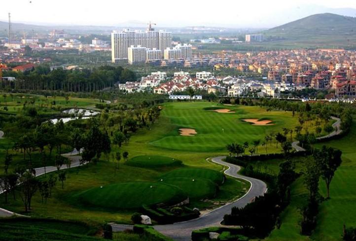 天泰温泉高尔夫球场特邀资深高尔夫球场设计大师担纲设计建造,具有