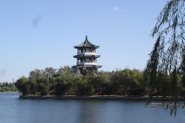 景点大全 主题公园  莱西月湖公园是莱西市于1984年兴建的一处水色