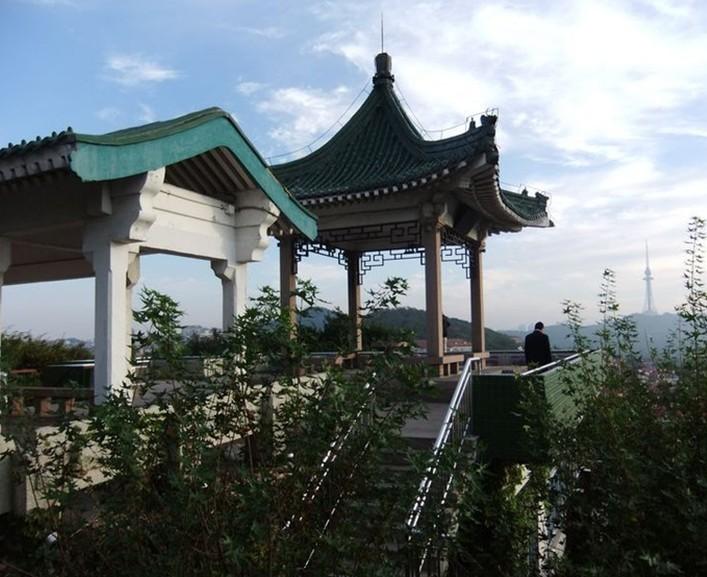 青岛小鱼山公园 主要景点是小鱼山,小鱼山是青岛著名的具有古典风格的景点,小鱼山海拔并不高,只有61米,但却是青岛前海一线著名的旅游景点,是观赏青岛前海全貌的最佳制高点。是国家批准公布的首批国家级风景名胜区、首批国家4A级风景名胜区-青岛海滨风景区的重要组成部分,海拔60米,面积2.
