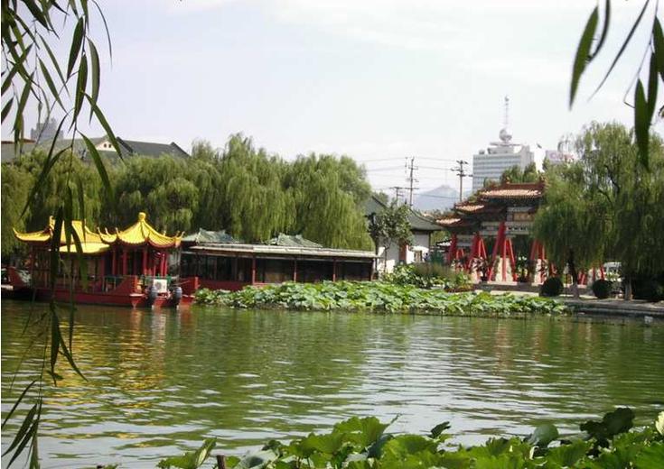 """大明湖 大明湖是济南三大名胜之一,是繁华都市中一处难得的天然湖泊,也是泉城重要风景名胜和开放窗口,闻名中外的旅游胜地,素有""""泉城明珠""""的美誉。它位于济南市中心偏东北处、旧城区北部。大明湖是一个由城内众泉汇流而成的天然湖泊,面积甚大,几乎占了旧城的四分之一。市区诸泉在此汇聚后,经北水门流入小清河。现今湖面46公顷(690亩),公园面积86公顷(1290亩),湖面约占百分之五十三,平均水深2米左右,最深处约4米。 早在唐宋时期,大明湖就以其撼人心弦的美景而闻名四海。  蛇不见,蛙不鸣"""