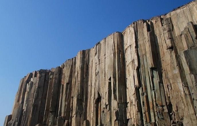 马山位于青岛市即墨城西约7公里,由4个相连的山包组成,形如马鞍,故又