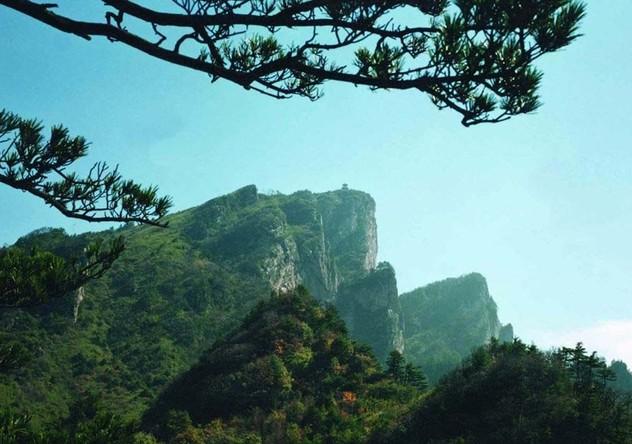 伏牛山南坡上部地段,以老界岭为界与洛阳市栾川县,嵩县相邻,东与内乡