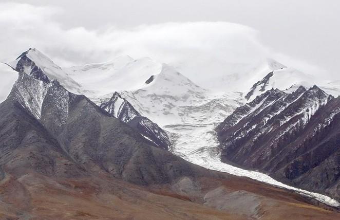 在青海省海西蒙古族藏族自治州天峻县城西南方向约15公里处,海拔4125.