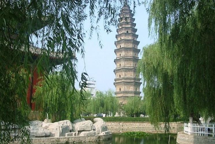 亳州万佛塔 亳州万佛塔又名插花塔,位于蒙城县城。始建于宋代,因塔身内外嵌砌琉璃小佛近万尊而得名。 塔内现存两块建塔的碑刻,一块在第4层,为宋崇宁元年(1102)所刻,一块在第11层,为崇宁5年(1106)所刻。 万佛塔为八角13层楼阁式砖塔,也是佛教最高级别的宝塔。高42.2米,地座长24.